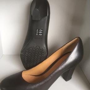 Mærke: Geox Respira  Størrelse: 38 , hælen måler 8 cm bag hælen og 6 cm. Under svangen Skoen: klassisk sko med hæl. Foret sko.  Farve: sort Materiale: læder Stand: Aldrig brugt, pga. En knyst  Nypris 1199 kr.   Sælges 325 kr #Secondchancesummer Bytter ikke Sætter,pris,på tilfredse købere