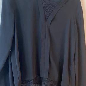 Helt ny sort skjorte med v hals i blonde. Str M og nypris 299kr  Ingen slidtage