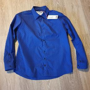 Sælger den her super sprøde Henrik Vibskov skjorte da jeg ikke kan lide hvordan den fitter.. Har stadig tags på da jeg kun har prøvet den og siden bare hængt og det burde den ikke.. Den er lidt slim fit i forhold andre Henrik Vibskov skjorter jeg ejer..  nyprisen lå lige lidt over 1800,-