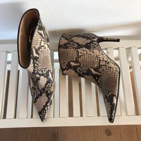 """Custommade støvlet. Aldrig brugt. Stadig med intakte tags under sålen. Model """"Aeja snake boots - Silver Sconce"""". I butikkerne nu til 1800,-"""