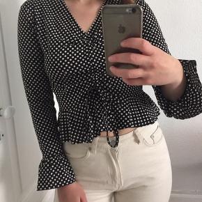 Fin bluse fra mærker Wedensday Girl, som er købt på ASOS. Lidt lille i størrelsen. Brugt to gange.  Kan afhentes på Nørrebro, eller sendes på købers regning.
