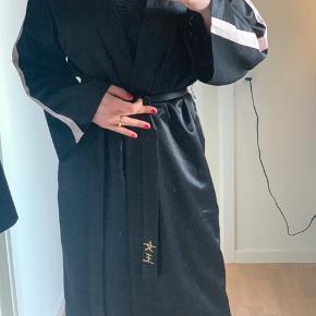 Fed silke lignede kimono, lidt tung i stoffet. Med lommer og bindebånd. Super lækker.