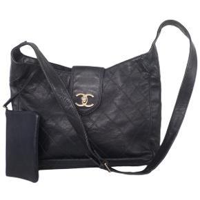 Sælger denne super smukke Chanel taske i navy læder. Den kan bæres crossbody og har en lille læder pung der følger med. Den er i fin stand med har noget slid på hjørner og kanten.   Den sælges med dustbag og Vestiaire ægthedsbevis.   Kan afhentes på Nørrebro eller sendes, køber betaler fragt.