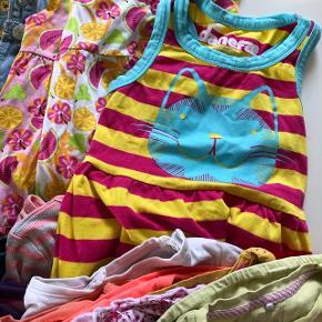 Blandet tøjpakke str. 80 ca.9-12 måneder, med mærker som me too, danefæ, Joha, Hummel, name it, m.fl. Noget godt brugt andet stadig fint. Indholder diverse kjoler 8stk., bodystocking 7stk, sommer bukser 8stk, shorts, cardigan, t-shirts 6stk, 3 buks, smækbuks... Kom evt med et bud. Skal afhentes.