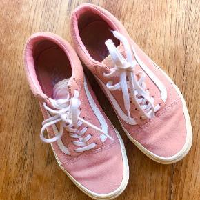Vans Oldskool sneakers i lyserødt ruskind 🌺  De er brugt, men i rigtig fin stand - trænger til en klud på sålen 🌺