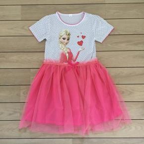 Frost kjole festkjole str. 116 / 5-6 år med Elsa Frost kjole festkjole tylkjole str. 116 / 5-6 år med Elsa * SE MÅL * Størrelse: 116 / 5-6 år (se mål) Farve: Hvid pink Oprindelig købspris: 219 kr.  Super flot Frost kjole med Elsa festkjole tylkjole kjole med tylskørt. Der står 140 i nakken, men den er lille i størrelsen, så har vurderet den til str. 116 / 5-6 år  Længde:  64 cm (målt fra nakken og ned til inderkjole slut)  68 cm (målt fra nakken og ned til tylskørt slut)