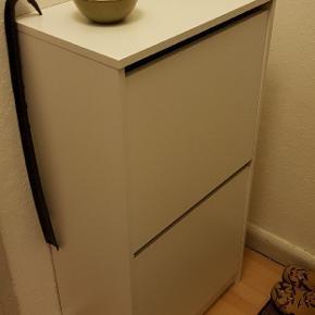 IKEA BISSA skoskab med to rum. Fejlkøb, så fuldstændig som ny (blot samlet og afprøvet).   Nypris 199,-  H: 93 cm. B: 49 cm. D: 28 cm.  Kan afhentes i Odense C.   God pris ved hurtigt afhentning.
