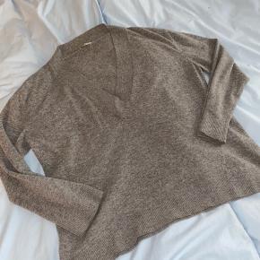 Lækker lammeulds trøje fra Nué notes, med dyb v hals.   Nypris 1600kr