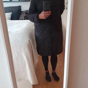 Rigtig skøn,dejlig varm jakke. Farven er sortgrå, og armyfarvet i foret.