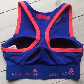 """Sportsbh med godt """"hold"""" Jeg har to toppe og to sportsbh'er i blå og coral.  Top: kr. 350 Bh: kr. 250 Aldrig brugt"""