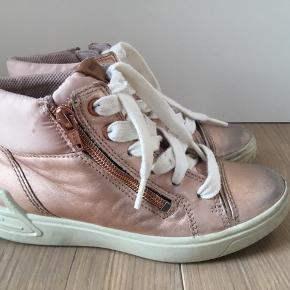 Fine støvler, brugt 2 måneder. Sålerne er ikke slidte, pæn stand.