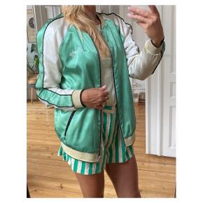 Fineste jakke med smukt print på ryggen  Se også mine andre annoncer eller følg mig på Instagram @2nd_love_preowned_fashion