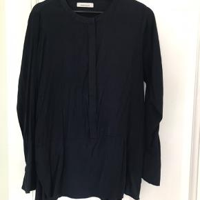 Smuk mørkeblå silke-lignende skjorte fra Samsøe samsøe med knapper til midt på maven