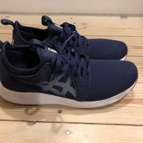 Sælger disse næsten ubrugte Asics sneakers i mørkeblå da jeg ikke får dem brugt. Str. 45.