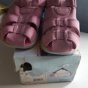 Helt nye sandaler....passer ikke barnebarnet