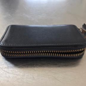 Ingen skader men pungen er brugt. Giv den noget læderfedt og den er så god som ny igen.