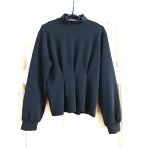 Sort kvalitets sweatshirt med talje-detalje fra H&MStr 36 (passer en 38)  Aldrig brugt