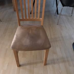 Sæbebehandlet egetræsbord med 2 tillægsplader og med 10 stole.  Bredde 100 cm - længde 190 cm (280 med tillægsplader)