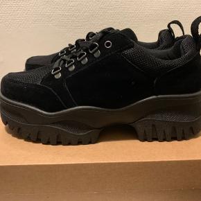 Sorte chunky utility sko / sneakers fra UO i str 38. Materiale ruskind med nylon effekter. Hæl måler ca 5 cm og sål foran ca 4 cm Normale i str. (Har dem selv i 37 fra forår 19) Sælges for veninde. Har også et par i 39 - se anden annonce! Ca 300 inkl forsendelse