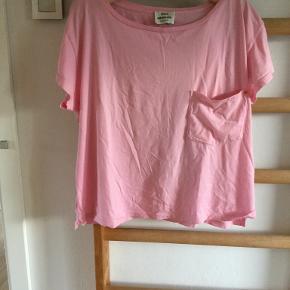 T-shirt. Lyserød. Str. Xl. Oversize model. Pæn stand.