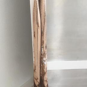 Varetype: Halstørklæde Størrelse: - Farve: Brun  Skønt vintage crep tørklæde i flotte brunlige nuancer.