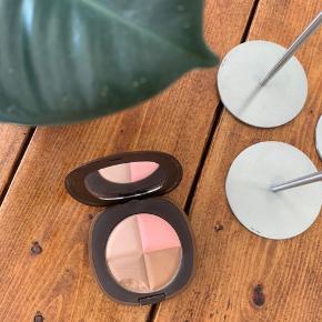 Elizabeth Arden bronzing powder. Det er slået et flig af den ene farve.   🌼 Bud modtages gerne  🌼 Rabat ved køb af flere items