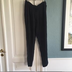 Sorte bukser. 100% silke.  En anelse gennemsigtige i stoffet. De har lidt fnuller/ tråde ved lommer. (Se billede) Ben længde: 77cm. - tajle: 40X2cm.