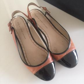 Gratis fragt i efterårsferien! Ballerina i lækreste kvalitet og med slingback hæl. Str svarer til ca. 39,5. Ny forsåling og hæl fra specialskomager.