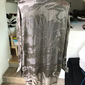 Flot oversize skjorte fra Minus i silke/viskose. Brugt men stadig pæn og brugbar. Stor i størrelsen. Semi-transparent. Nypris: 900.-  Byttet ikke, sender gerne på købers regning.   #Secondchancesummer
