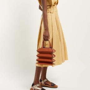 Super fed taske fra Net A Porter (forhandles også i Illum). Modellen hedder Hutton. Læder. Brugt men meget flot stand. Dustbag medfølger.