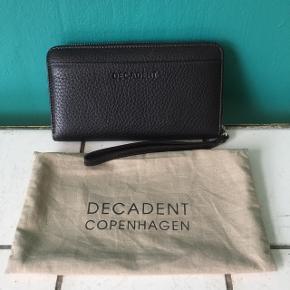 Sælger denne lækre Decadent pung.  Den har aldrig været brugt og er derfor helt ny.  Fra ny koster pungen 1400,- jeg sælger den for 550,-.
