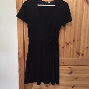 Super flot kjole som jeg købte i en tøjbutik i Tanzania. Mærket er defor ukendt. Der står beskrevet at kjolen er størrelse L, men jeg er størrelse M og den er for lille. Derfor vil jeg anbefale den til en S.