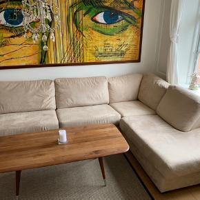 4-5 personers sofa i lys beige sælges for 3500kr. Betrækket er aftageligt og kan vaskes.  Bredden: 3m*2m Dybden: 0,9m Højden: 45cm (til armlæn 60cm)  Chaiselong-delen: 0,9m bred og 1m lang  Der medfølger den sorte træ-holder, som bruges som bord.   Afhentes i København på 4. sal.  Den kan deles i 2, så transport er nemmere.  Vi kan ikke hjælpe med nedbæring.