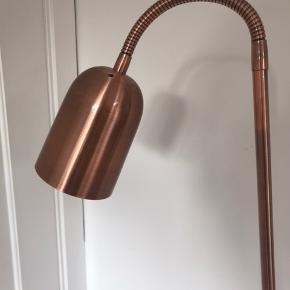 Super flot gulvlampe fra Halo.  Aldrig brugt, stadig med mærkat.  Farve: bronze/messing farvet.  Spørg for mere info.