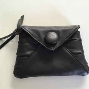 Lille pung i det lækreste bløde skind med lille lynlås lomme indvendig