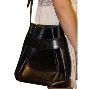 Louis vuitton Epi Sac D'epaule. Super lækker vintage taske, som ikke længere produceres. Den er fra 92' og har en date code der hedder VI0972.
