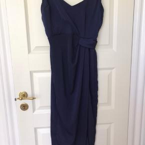 Fin kjole med slids fra ASOS, det er str. 38 men normalt bruger jeg 34-36. Kommer fra røgfrit hjem. :-)