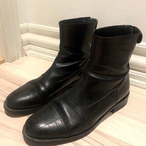 Super flotte Billi Bi støvler i slangeskind, brugt 1-2 gange. Fremstår som nye.