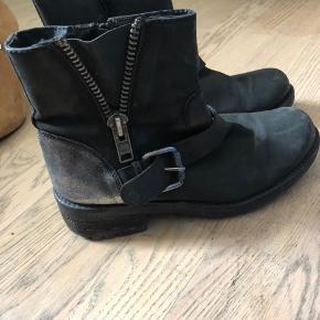 Fine vinterstøvler fra skoringen fra mærket B&CO. Har for i og er lavet af skind.   Kan sendes for købers regning