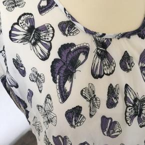 Fin top / bluse i Viskose (mærke klippet ud) Sommerfuglene er lilla/sorte I fin stand.