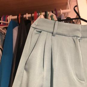 Smukke bukser i den flotteste turkise farve. De er en str xs men ville sige de passes af en s og lille m   Sælger også den matchende bluse   Sættet sælges samlet for 350kr