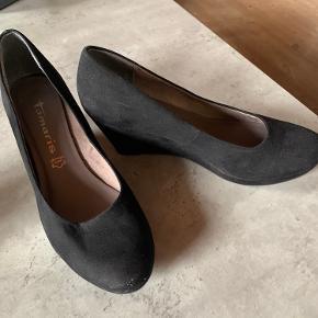 Tamaris sko med kilehæl, brugt få gange og fremstår næsten som ny, str. 39