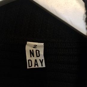 Fin lang strik vest fra 2 nd day i 80% wool og 20% acrylic . I den bedste ende af god men brugt, uden huller, pletter, fnuller eller lign.  Brystmål: 53 cm på tværs fra armhule, dvs 106 cm i omkreds + strech. Længde: 90 cm fra nakken og ned. Søgeord: lang vest uld sort Black strik trøje cardigan strikket bluse