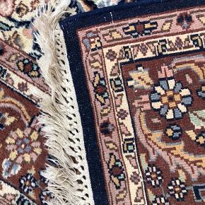 Virkelig skønt og meget smukt håndvævet tæppe i de skønneste farver og den allerbedste kvalitet.  Tæppet er min. 50 år gammelt men i den flotteste stand. Her er tale om liebhaveri. Længde 200cm Bredde 129cm Bredde