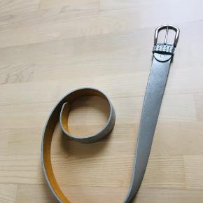 Super lækkert bælte. Brugt få gange. Flot lysegrå metallic farve. Bredde 3,5 cm.