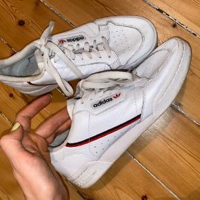 Adidas originals Continental hvid sneaker. Brugt 2-3 gange, super god stand. Uden æske. Køber betaler for forsendelse - kan dog mødes efter aftale og handle på Amager for at bespare forsendelsen :)