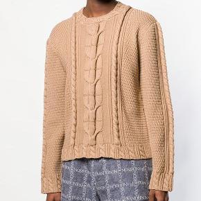 Der er 2 pletter på midten af sweateren foran, som kan ses på billede 2