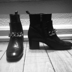 Fuldstændig fantastisk lækre støvler med kæde forrest  Er som nye kun prøvet på Str 40 Np 2199kr