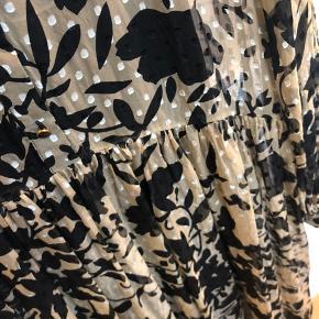 Smuk, lang kjole i helt florlet kvalitet med silke og fine detaljer! Sort underkjole medfølger. Kjolen er kun brugt en enkelt aften og fejler derfor inter. Kjolen er størrelsessvarende.  Mindstepris 400,- pp.  BYTTER IKKE!