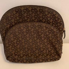 Ingen skader eller brugs tegn andet end den store taske af dem har en lille bitte smule makeup indeni. Kan evt. Vaskes og blive ren igen. Åben for alle bud, hurtig handel.